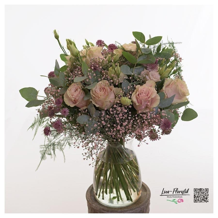 Blumenstrauß mit rosa Rosen und Astranzie