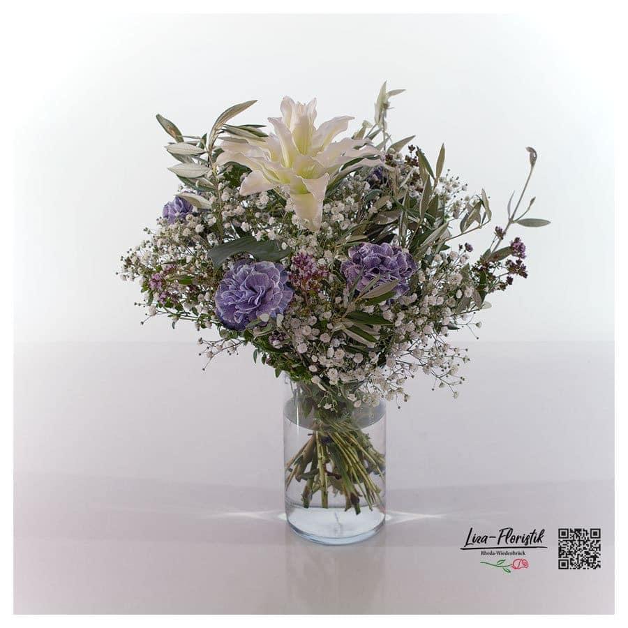 Blumenstrauß mit Lilie, Lisianthus, Olive und Schleierkraut
