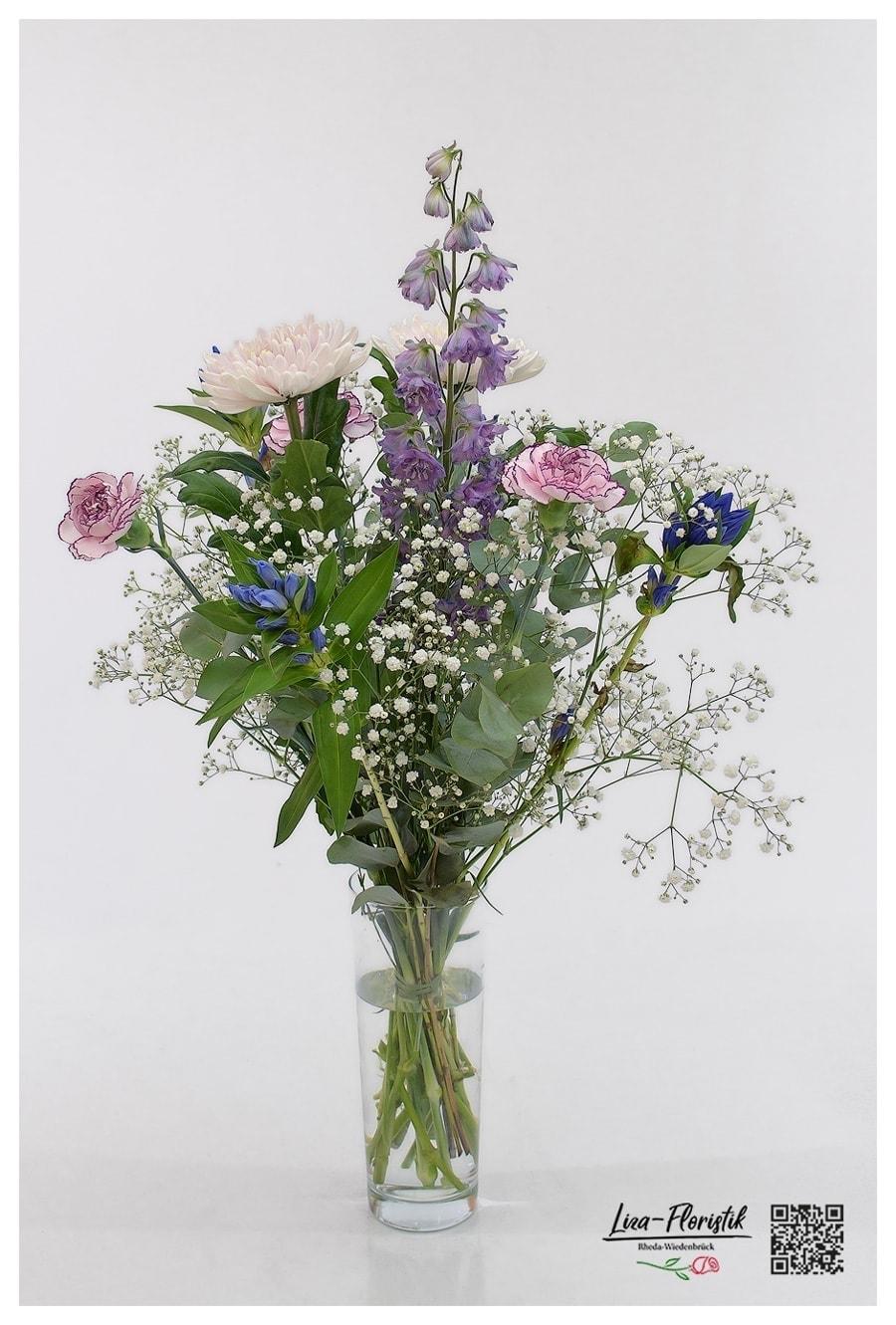 Blumenstrauß mit Schleierkraut, Nelke, Enzian, Rittersporn und Chrysantheme