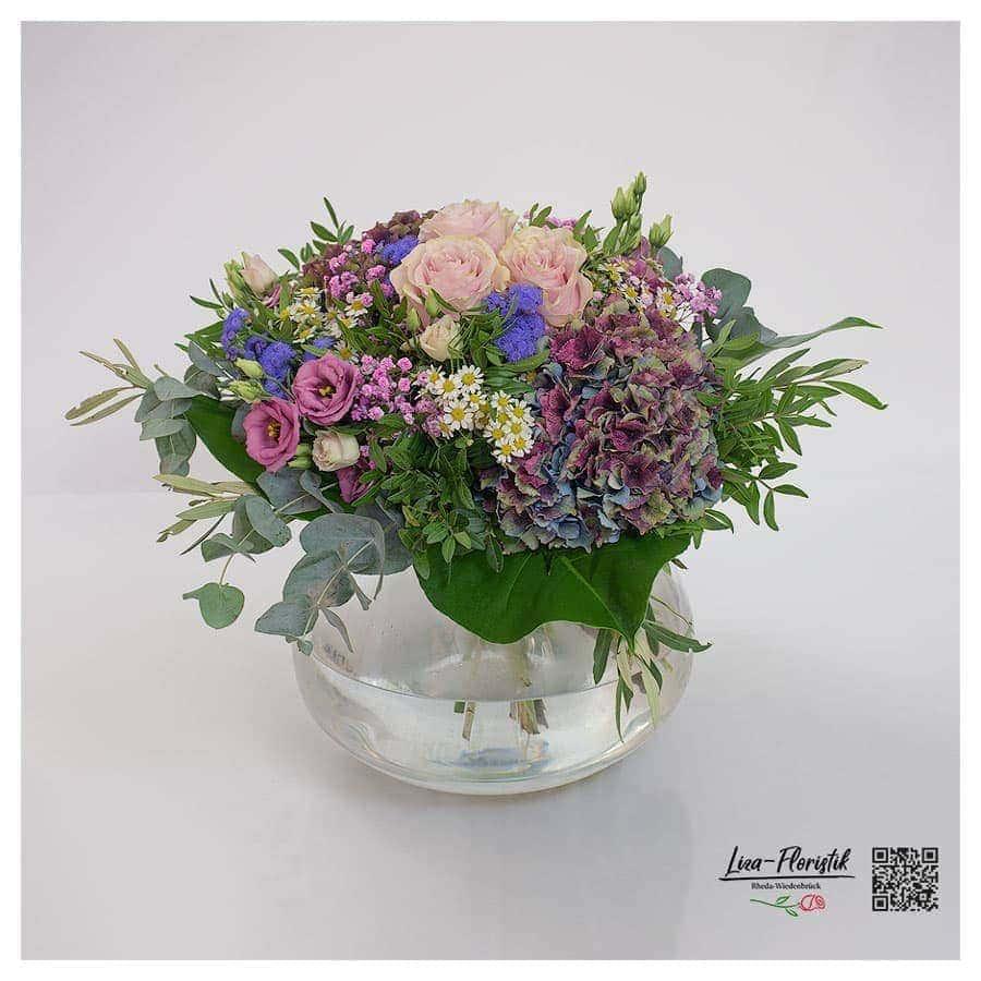 Blumenstrauß mit Rosen, französischen Hortensien, Lisianthus, Eukalyptus, Ageratum. Kamille und rosa Schleierkraut