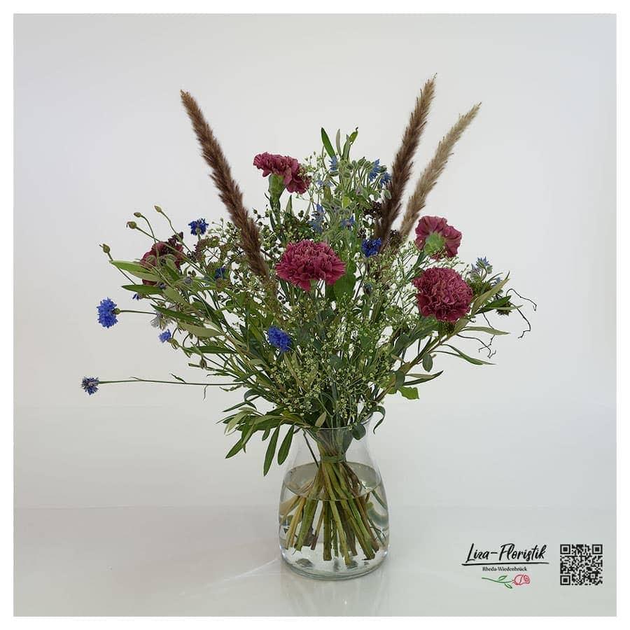 Blumenstrauß mit Nelken, Borretsch und Pampasgras