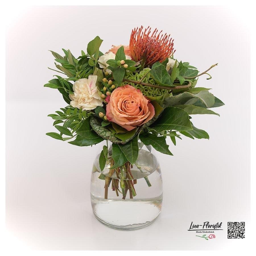 Blumenstrauß mit Ecuador Rosen, Nelken, Nadelkissenprotea, grüne Bartnelken und Hypericum