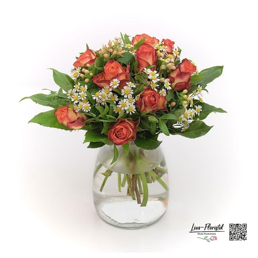 Blumenstrauß mit orangen Rosen, Kamille und Johanniskraut