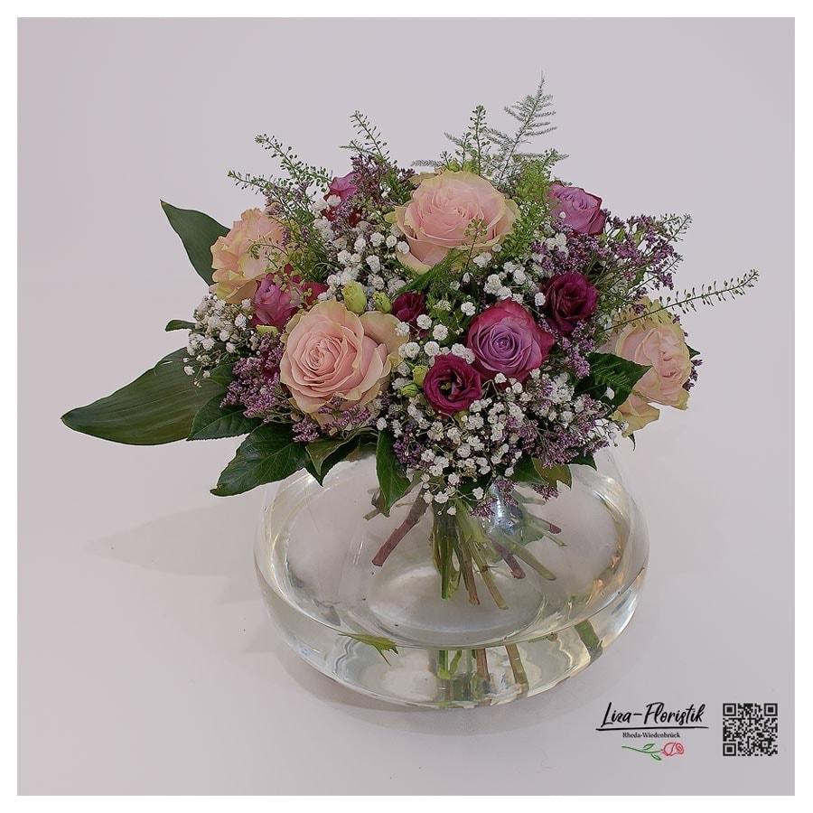 Blumenstrauss mit Rosen, Lisianthus und Schleierkraut