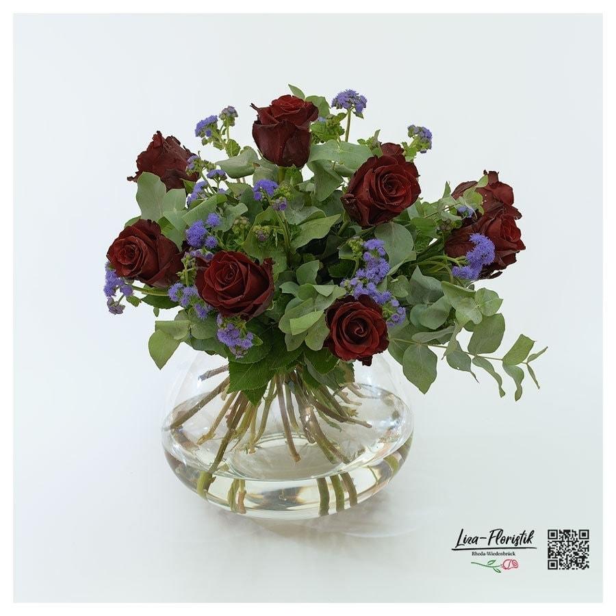 Rote Rosen, Ageratum und Eukalyptus