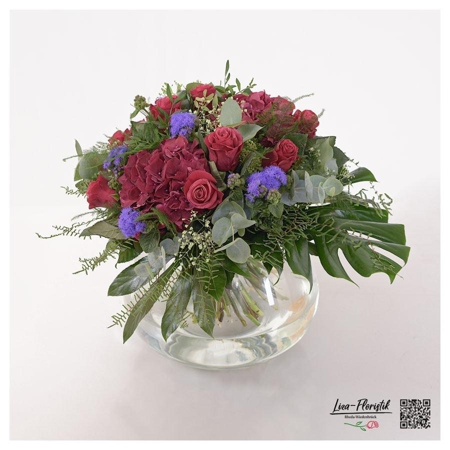 Blumenstrauß mit Rosen, Ageratum und Eukalyptus