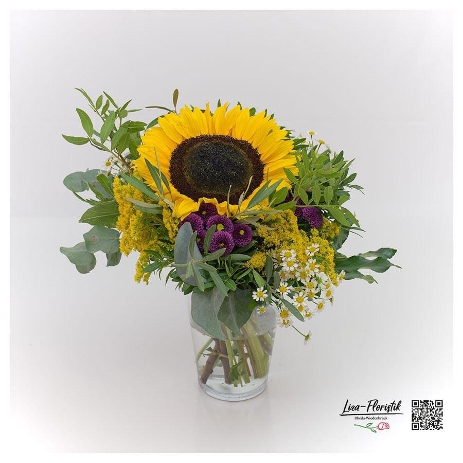 Blumenstrauß mit Sonnenblume, Eukalyptus, Santini, Kamille und Solidago