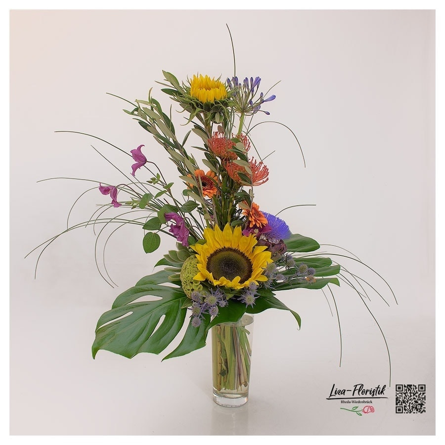 Blumenstrauß mit Sonnenblumen, Gerbera, Lisianthus, Echiverie, Agapanthus, Clematis, Celosie und Artischocke