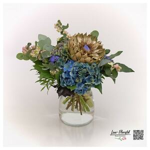 Blumenstrauß mit französischer Hortensie, Artischocke, Eukalyptus und Knallersen