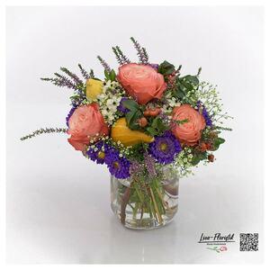 Herbststrauß mit Rosen und Kürbis