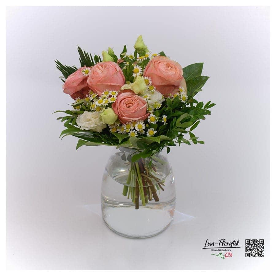 Blumenstrauß mit Kamille, Lisianthus und Ecuador Rosen