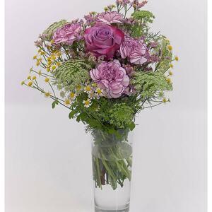 Blumenstrauß mit Rosen, Nelken und Kamille