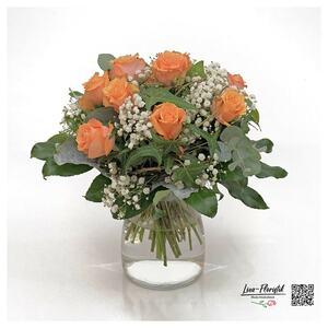 Blumenstrauß mit orangen Rosen und weißem Schleierkraut