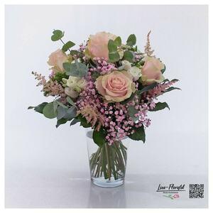 Blumenstrauß mit rosa Rosen, Lisianthus und rosa Schleierkraut