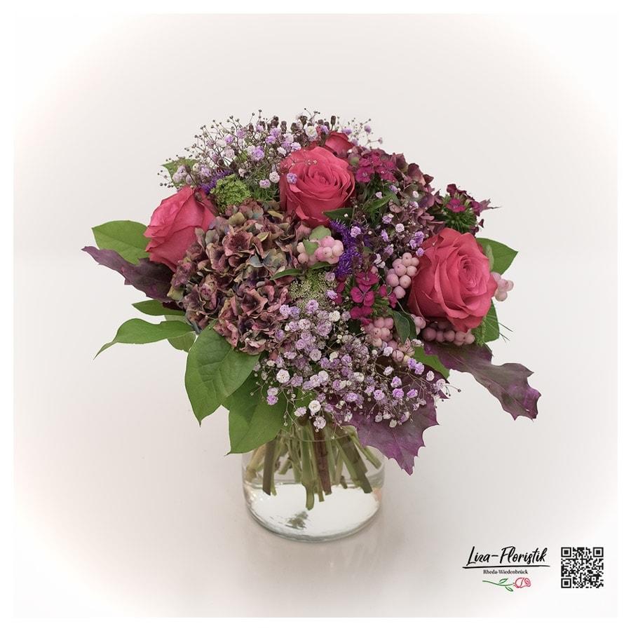 Blumenstrauß mit roten Ecuador Rosen, französischen Hortensien, Knallerbsen, Eichenlaub und Schleierkraut