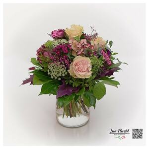 Blumenstrauß mit Rosen, Bartnelken, französische Hortensien und Ammi Majus
