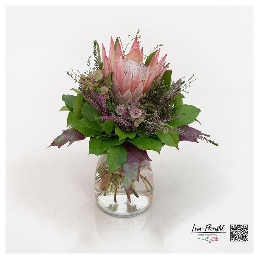 Blumenstrauß mit Königsprotea und Heide