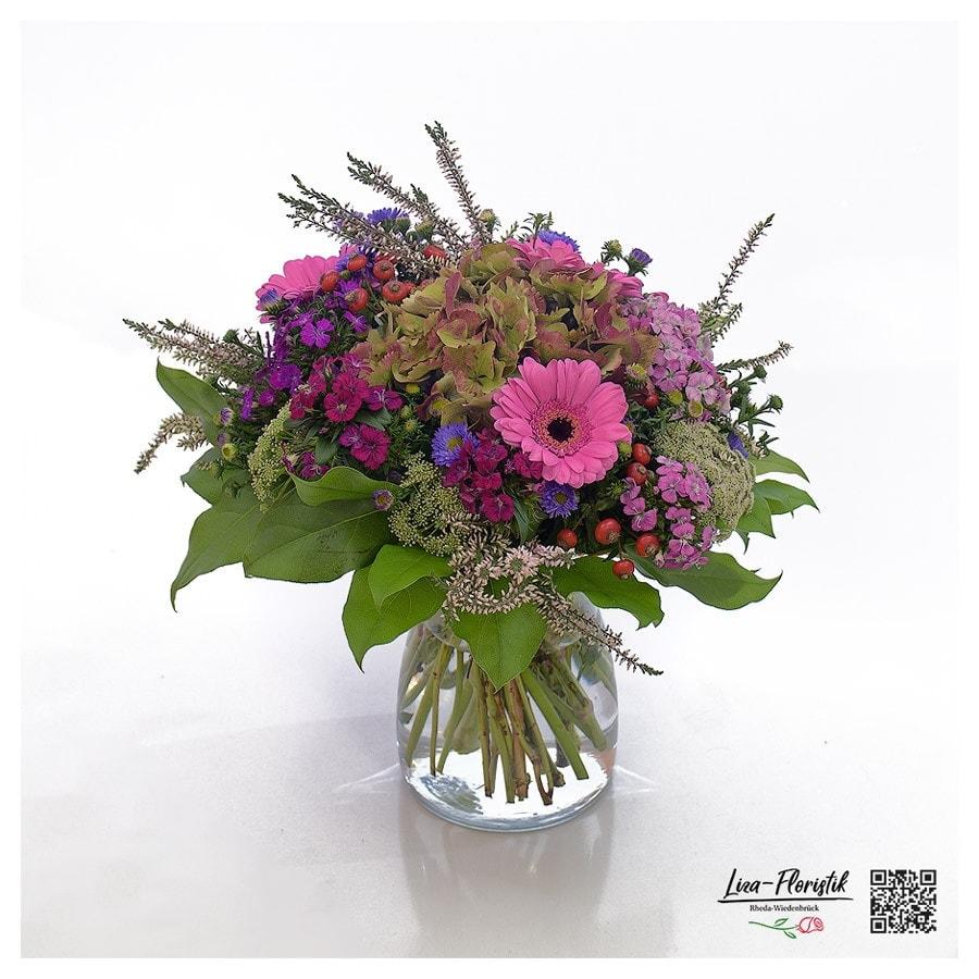 Blumenstrauß mit französischen Hortensien, Gerbera, Ammi Majus, Astern, Callune, Hagebutte und Bartnelken