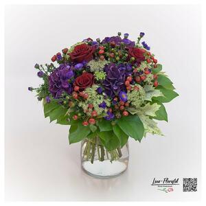 Blumenstrauß mit Hortensien, Rosen und Hagebutte