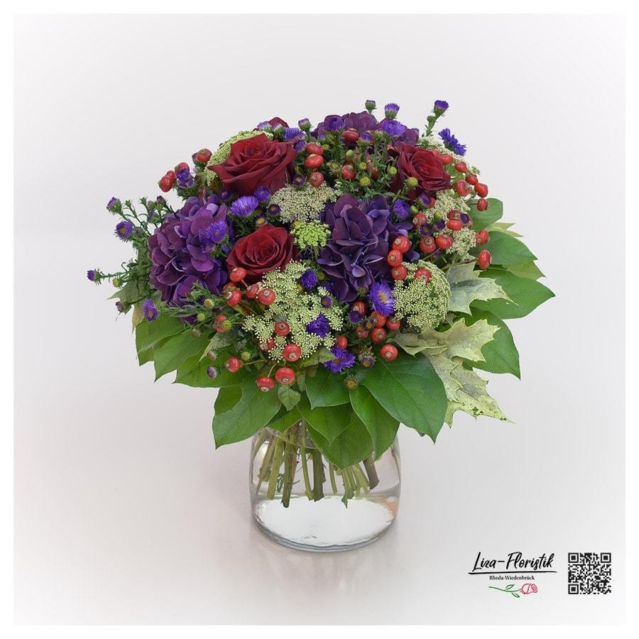 Blumenstrauß mit Hortensien, Ecuador Rosen Explorer, Ammi Majus und Hagebutte