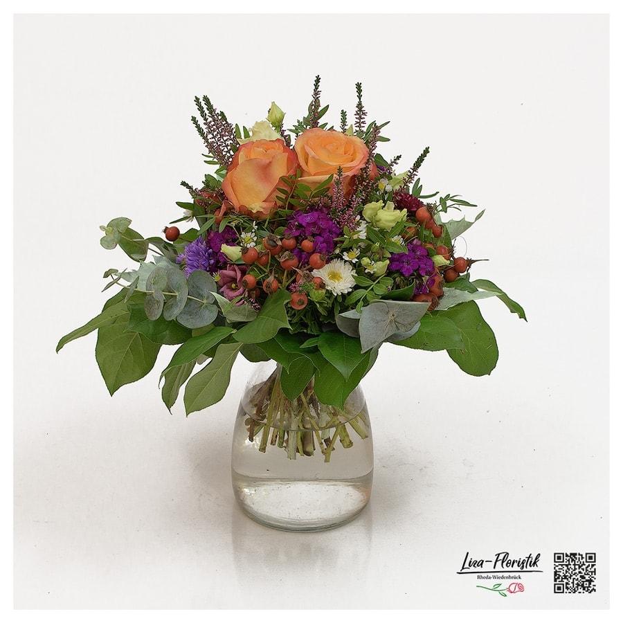 Blumenstrauß mit Rosen, Lisianthus, Gaultheria, Kamille und Eukalyptus